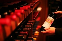 【ワインバー】最上階のワインバーには350本以上のワインを常時保管。お好みの1本を探してみては?