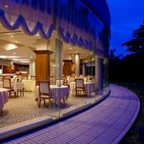 ≪レストラン夕景イメージ≫中庭に面したレストラン