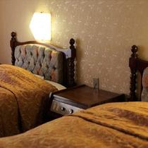 【貴賓室】快適な寝心地を追求したテンピュールのマットレスとシンフォニーピローをご用意しています。
