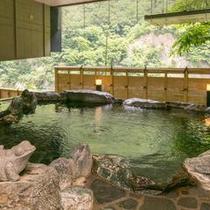 【「琴音の湯」岩風呂1F】黒部渓谷の岩を組み上げ、自然の情景をイメージした岩風呂。