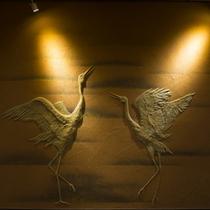【廊下】職人の技が光る芸術的な大浴場廊下土壁の鏝絵が、大浴場前でご覧いただけます。