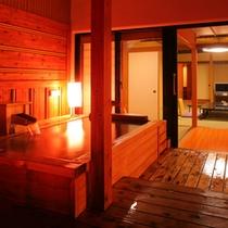 【露天風呂付客室13.5畳】風情を愉しむ趣ある和室。黒部峡谷の清流を望む檜の露天風呂。