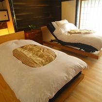 【半露天風呂付12畳リビング+和9畳】床暖房とお年寄りも寝起きが楽なバリアフリー対応の電動式ベッド。