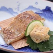 【旬味の一品】ノドクロ焼きは、脂ののったノドクロの濃厚な味わいを楽しめる素材そのものを楽しめる一品。