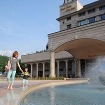 【観光】ホテル前で遊ぶ家族