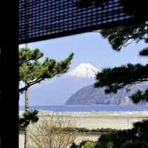 【客室】窓から富士山を望む客室も