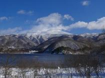 桧原湖からの山