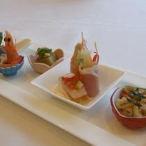 【ご夕食一例】メインを肉料理または魚料理からお選びいただけます。