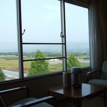 【部屋からの景色】阿蘇の山々や飛行機が眺められます。
