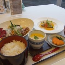 【ご夕食一例】メインを肉料理または魚料理からお選びいただけます。(画像は肉料理)