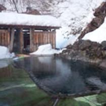 *露天風呂(混浴・女性専用利用可)/冬は辺り一面の雪景色に包まれて、雪見露天を満喫できます。
