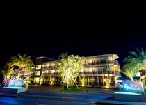 ライトアップされたホテルは幻想的