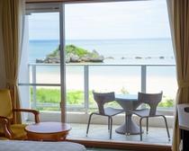 部屋の目の前に広がるのはプライベート感あふれるビーチ