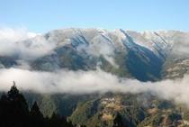 ひょうたん桜で有名な桜地区 見える景気は対岸の宗津地区の山9