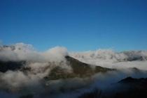 ひょうたん桜で有名な桜地区 見える景気は対岸の宗津地区の山4