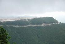 鳥形山森林公園 展望台 鳥形山の石灰採掘現場が見える
