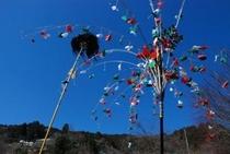 """2012秋葉まつりギャラリー 黒い鳥の毛をあしらった""""鳥毛""""と飾りのようなもの"""