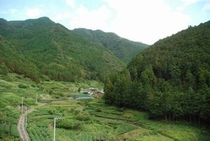 久喜地区の地区入り口付近の壮大な山と谷