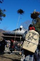 2012秋葉まつりギャラリー 中越家の鳥毛ひねり、油売りの背中、観衆
