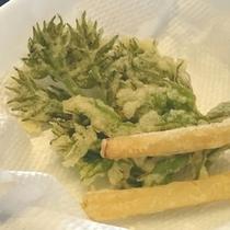 山野草料理の一例(たらの芽と筍の天ぷら)