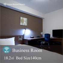 【ビジネスルーム】140cmゆったりベッド採用。L字型デスクで資料を広げるにも充分のスペース。