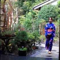 玄関前の庭&歩いてくる女性