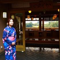玄関前に立つ女性