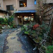玄関前の庭園