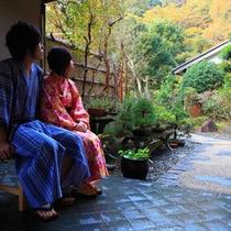 玄関前に座るカップル