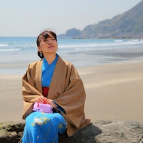 今井浜にくつろぐ浴衣女性