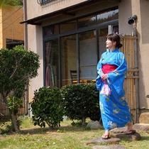 庭園を歩く女性