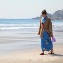 今井浜を歩く浴衣女性
