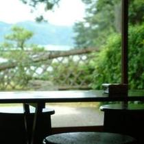【ロビーからの景色】庭と阿蘇海。その向こうには日本三景をお楽しみ頂けます