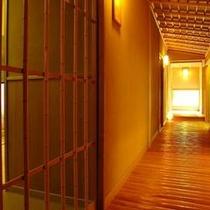 【館内廊下】木造で作られた小亭。磨き丸太杉の廊下の、木のぬくもりは足に優しく、安心感も