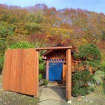*【混浴露天風呂】入口 さまざまな薬効がある北海道最古の温泉で湯もみを。