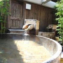【温泉】「天空の森」展望露天風呂/足を伸ばしゆったりとお一人で浸れる樽風呂で、湯に癒されて下さい