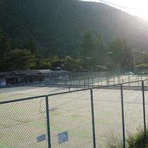 徒歩1分のところにあるテニスコート