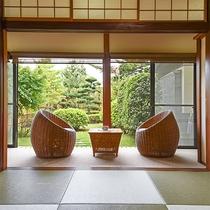 *露天付客室一例・庭園を眺めながら読書や会話を楽しんでみてはいかが?