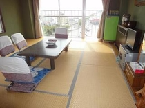 8畳間3-4人利用冷蔵庫・テレビ・エアコン・金庫電話・電気ポット・お茶セット・鏡台完備
