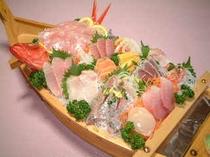舟盛り・2名様盛り付け例・美味い稲取金目鯛とバラエティーに富んだ新鮮刺身の舟盛りはボリューム満点
