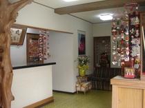 フロント・雛のつるし飾り祭り期間中(1月20日〜3月31日)まで雛のつるし飾りが飾られています