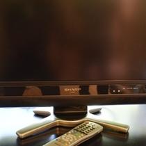 各お部屋のリビングルームには20V型の液晶テレビがございます。