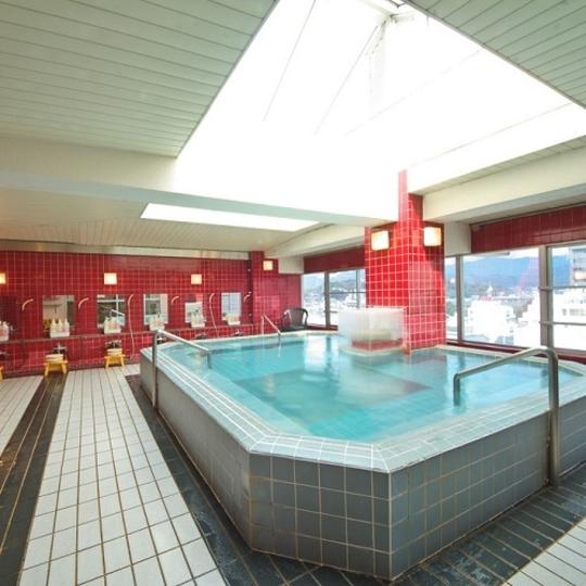 サンルーフ式の開放感のある大浴場 写真提供:楽天トラベル