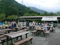 野外炊飯場20個のかまどがあり、雨天でも利用可能です。鍋・食器等の器材は完備してあります。