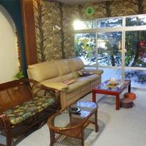 *休憩スペース/四季を感じられる中庭を眺めながらおくつろぎ下さい。
