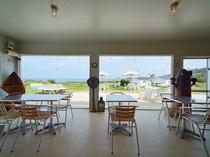 カフェ店内からも海を一望できます