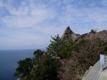 道路脇に鎮座する岩の美