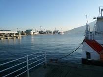 鹿児島港に入港するロケット