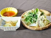 【旬の天ぷらとウド酢味噌あえ】