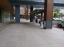 アクセス④ 右手にはタクシープール 前方にはホテルメトロポリタンさん